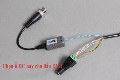 Sử dụng cáp cat5 để đi dây cho camera những năm gần đây sự sáng chế ra video Balun có nghĩa rằng cáp cat5 có thể được sử dụng để kết nối camera đến đầu ghi dvr . tất cả kết nối có thể được thực hiện chỉ bằng việc sử dụng vít , không cần những công cụ đặc biệt những thành phần cầu kỳ . trước khi bạn bắt đầu có một số thứ quan trọng cần biết . thành phần gì tôi cần ? video được truyền qua cáp cat5e sử dụng một cặp video Balun , một cái ở đầu DVR , mua cái ở đầu cuối camera . Chúng tôi có bán hai loại video Balun , loại nét tiêu chuẩn và loại nét cao được chỉ định để sử dụng với camera HD 1080 và đầu ghi dvr. nguồn được truyền sử dụng vít với ổ cắm và phích cắm một chiều . Phích vào cuối camera ổ cắm vào cuối dầu ghi . vị trí nguồn cấp camera gần đầu ghi dvr . sử dụng chính xác loại cáp cat5e bạn phải sử dụng cáp cat5e lõi đồng hoàn toàn . một số cáp cat5 không hoàn toàn lõi đồng mà là lõi nhôm được bọc đồng . đừng dựa vào tem nhãn hoặc cái gì người bán hàng nói , hãy kiểm tra thực tế cáp bằng chính bạn . cat5 cat5e Cat6 và cat6e tất cả có thể là một loại nhôm bọc đồng CCA hơn là toàn toàn đồng . CCA có trẻ bị gãy dễ dàng khi uốn cong và bạn có thể cạo phần đồng ra để lộ màu kim loại bạc ở giữa . Tất cả các lỗi chúng tôi bán là đồng hoàn toàn . không vượt quá chiều dài cáp tối đa khoảng cách tín hiệu video tối đa có thể được truyền với video balun là xấp xỉ 300 m . Nếu bạn sử dụng cáp cho nguồn một camera cùng với tín hiệu video thì chúng tôi gợi ý khoảng cách tối đa là khoảng 50m để tránh sụt điện áp . Giả sử bạn đang sử dụng 3 cặp dây cho nguồn điện 12v và một cặp dây cho truyền tín hiệu video như hình ảnh dưới đây . sử dụng một quy ước về màu sắc , và kiểm tra một cách cẩn thận . Đó là điều quan trọng để bạn kiểm tra dây dẫn một cách cẩn thận . chọn một quy ước màu và theo cái đó . trong ví dụ dưới đây Chúng tôi sử dụng màu xanh cho tín hiệu video và màu đồng nhất cho điện dương , màu trắng sọc màu cho nguồn âm . bạn cần kéo 1 dây cáp cat5e từ đầu ghi dvr đến mỗi ca